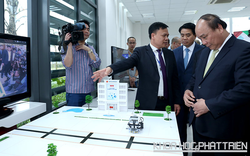 Công ty DTT giới thiệu giải pháp giao thông thông minh ứng dụng IoT được phát triển tại IoTLab đóng tại Khu CNC Hòa Lạc. Ảnh: Loan Lê.