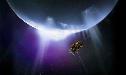 Tàu vũ trụ Cassini của NASA đang bay qua dòng vật chất phun ra từ bề mặt của Enceladus. Ảnh: NASA.