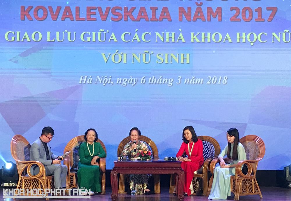 Nguyên Chủ tịch nước Nguyễn Thị Doan và các nhà khoa học giao lưu với các nữ sinh