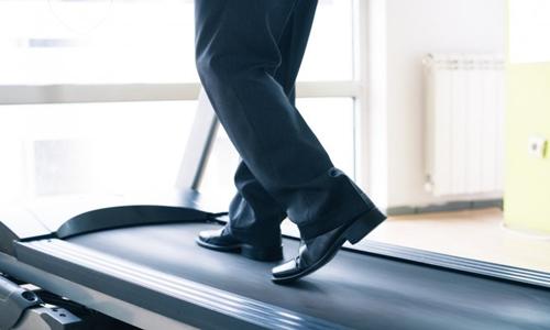 Đứng thay vì ngồi 6 giờ mỗi ngày sẽ dẫn tới việc giảm khoảng 2,5 kg trong một năm. Ảnh: iStock.