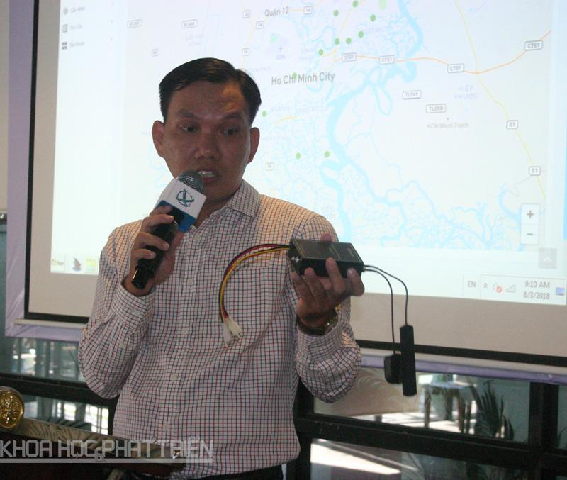 Ông Nguyễn Tuấn Khoa giới thiệu về hệ thống cảnh báo ngập tự động