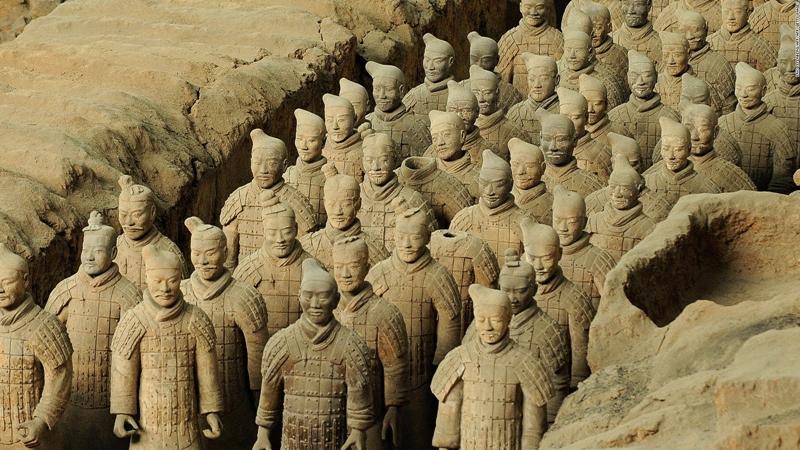 Tất cả các pho tượng đều được điêu khắc từ đất nung, một loại đất sét nâu đỏ. Để tạo ra chúng, hơn 720.000 lao động và nhiều công xưởng được huy động làm việc theo lệnh của hoàng đế. Họ gồm nhóm thợ thủ công nắn các phần cơ thể tượng rời rồi lắp ráp thành bức tượng hoàn chỉnh. Ảnh: Askideas.