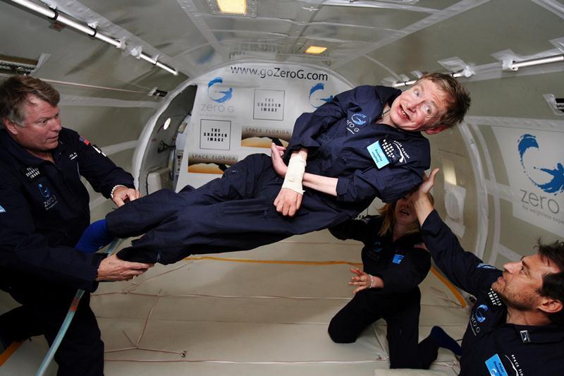 Nhà vật lý học Stephen Hawking trải nghiệm môi trường không trọng lực