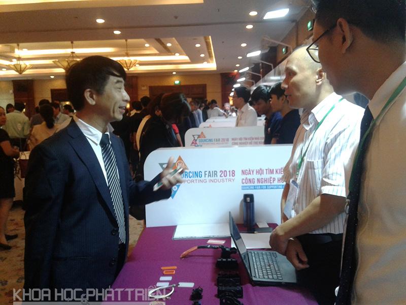 Các doanh nghiệp tìm hiểu thông tin về sản phẩm tại Ngày hội
