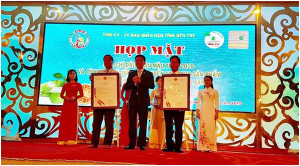 Đồng chí Đinh Hữu Phí trao Giấy chứng nhận đăng ký chỉ dẫn địa lý Dừa uống nước xiêm xanh và Bưởi da xanh cho Lãnh đạo tỉnh Bến Tre