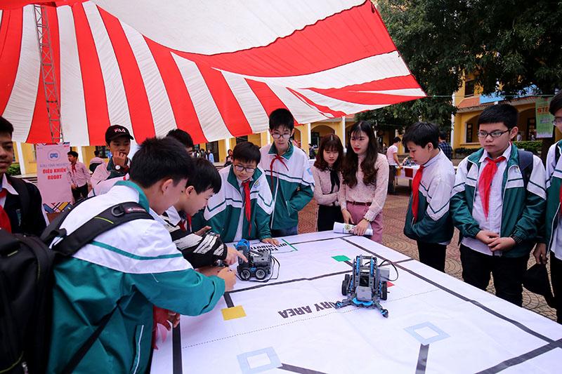 Tại buổi khai mạc nhiều em học sinh háo hức tham gia ngày hội STEM nên đã tới từ rất sớm để tới thăm các gian triển lãm. Trong ảnh các em học sinh thích thú với mô hình robot gắp bóng.