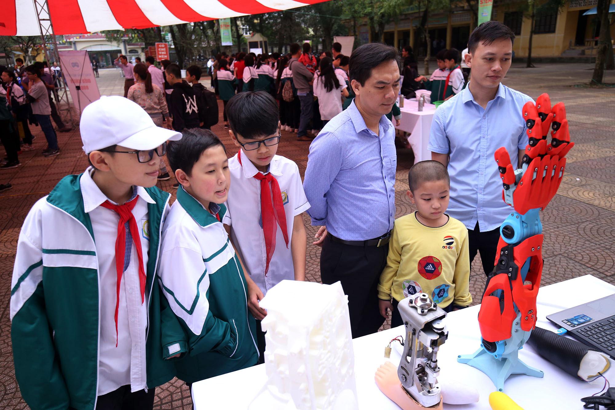 Chiếc tay giả điều khiển bằng suy nghĩ của công ty TNHH 3D MASTER cũng đã được giới thiệu tới các em nhỏ.