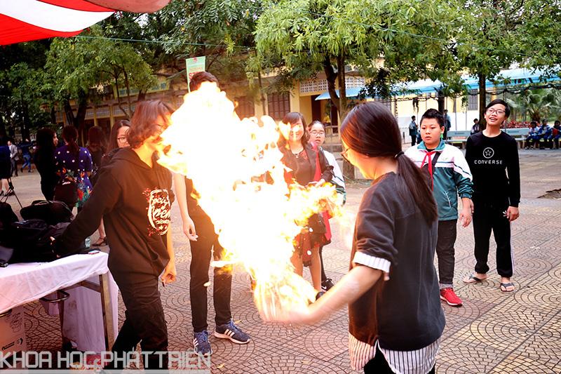 Thí nghiệm tạo lửa bốc cháy - đây có lẽ là thí nghiệm đặc sắc và mạo hiểm nhất của ngày hội do các học sinh chuyên hóa Trường Trung học phổ thông chuyên Hà Nội – Amsterdam giới thiệu.
