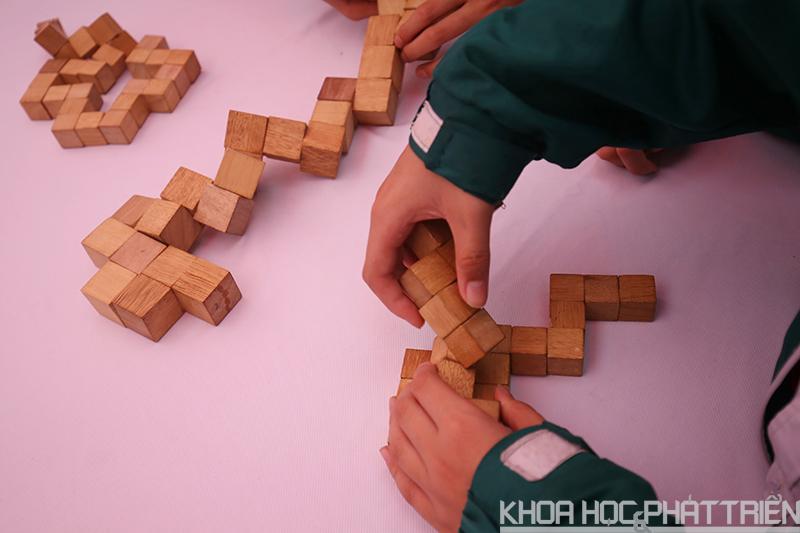 Các em nhỏ thử tài với Rubic dây