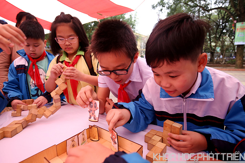 Trò chơi Rubic dây khá hấp dẫn các bạn nhỏ.