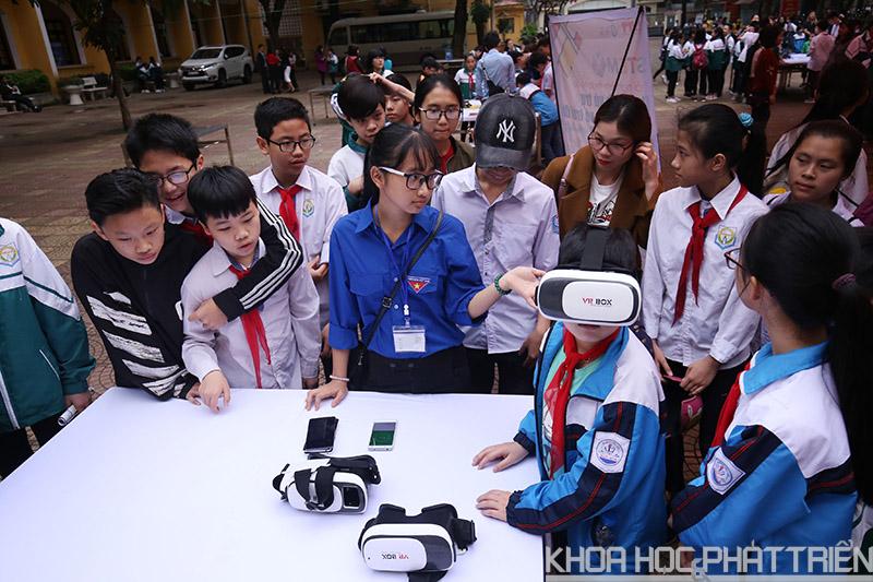 Học sinh trải nghiệm kính thực tế ảo.