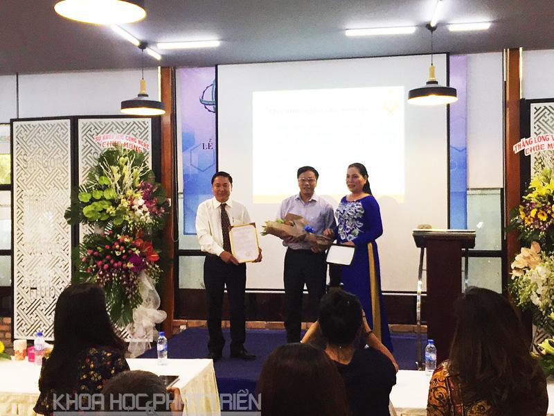 Ông Nguyễn Khắc Thanh giao giấy chứng nhận doanh nghiệp KH&CN cho Công ty TNHH Hoàng Linh Biotech