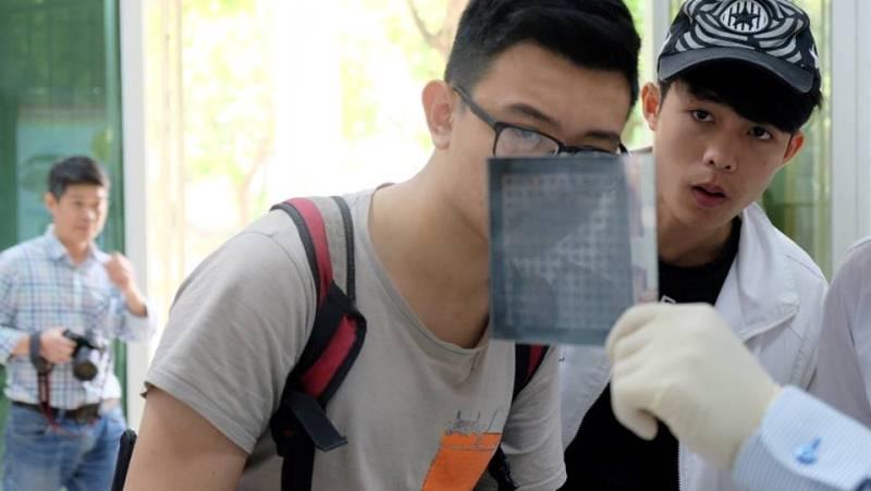 Các bạn học sinh chuyên Thái Bình cảm thấy rất phấn khích khi được giải thích về việc thiết kế, chế tạo bộ mặt nạ dùng cho chế tạo đi-ốt quang (photo diode), một nội dung thực hành trong chương trình đào tạo.