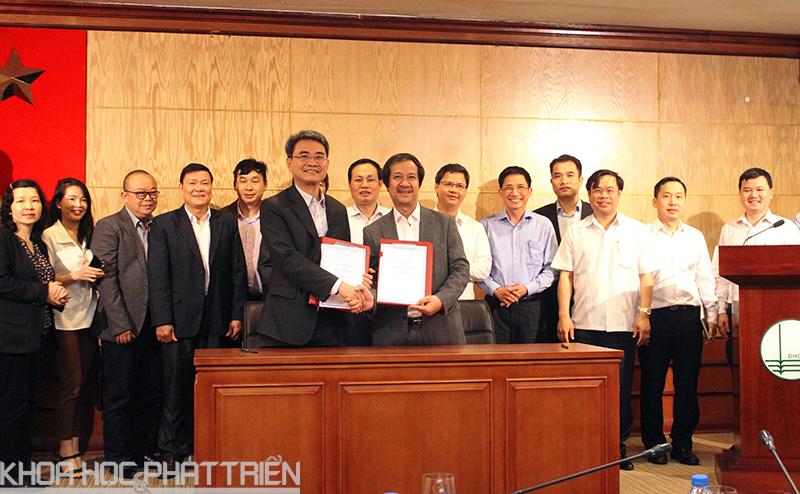 Cục trưởng Cục SHTT Đinh Hữu Phí và Giám đốc ĐHQGHN đã ký kết Bản ghi nhớ về SHTT. Ảnh: HM.
