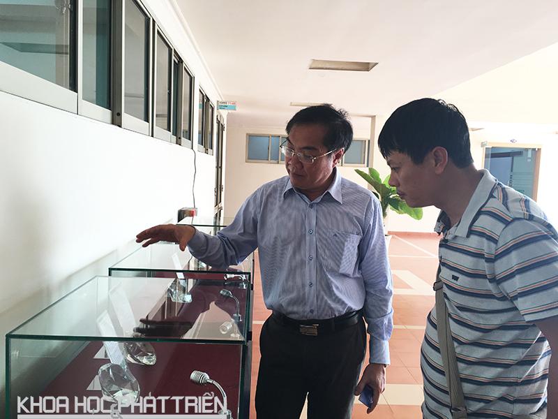 Ông Ngô Đức Hoàng, Giám đốc ICDREC đang giới thiệu về các loại chip được Trung tâm nghiên cứu và phát triển thành công