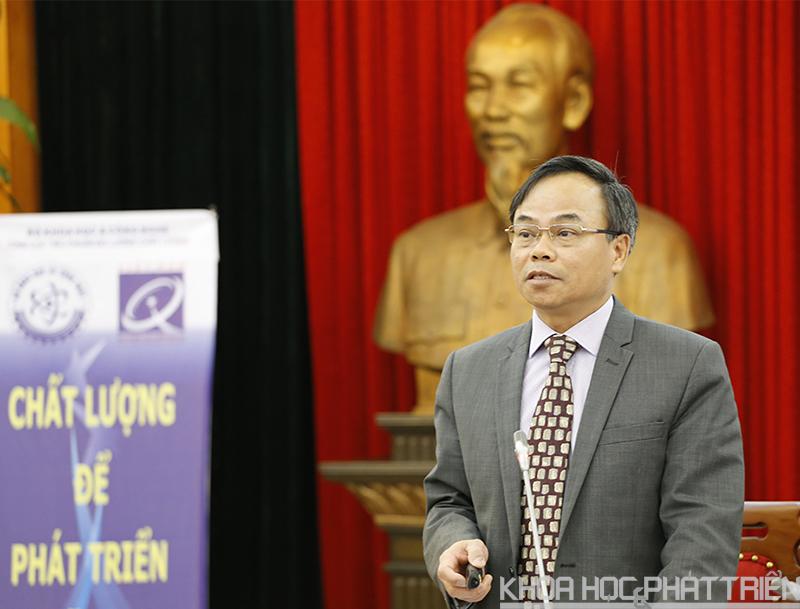 Ông Trần Văn Vinh giới thiệu về giải thưởng và các tiêu chí. Ảnh: Huy Hùng.