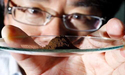 Yasuhiro Kato, phó giáo sư khoa học trái đất tại Đại học Tokyo (Nhật Bản) cầm mẫu bùn chứa các nguyên tố đất hiếm lấy từ đáy Thái Bình Dương. Nguồn: Yuriko Nakao.