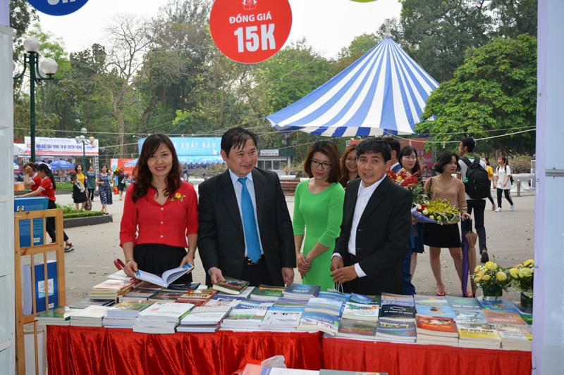 TSKH Phan Xuân Dũng giới thiệu tại hội sách.