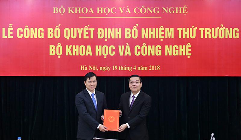 Bộ trưởng Chu Ngọc Anh (bên phải) trao Quyết định bổ nhiệm Thứ trưởng Bùi Thế Duy. Ảnh: Văn Nguyên (TTTT)