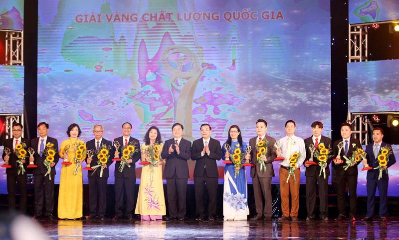 Bộ trưởng KHCN Chu Ngọc Anh và Chủ nhiệm Ủy ban Khoa học, Công nghệ và Môi trường Quốc hội Phan Xuân Dũng trao Giải Vàng Chất lượng quốc gia cho 15 doanh nghiệp. Ảnh: Báo Đầu tư