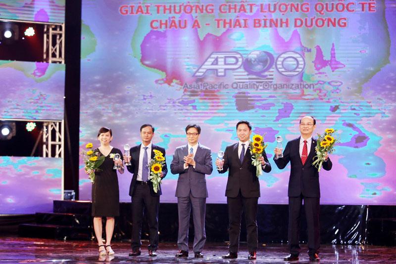 Phó Thủ tướng Vũ Đức Đam trao Giải Chất lượng quốc tế châu Á - Thái Bình Dương 2017 cho 4 doanh nghiệp. Ảnh: Báo Đầu tư