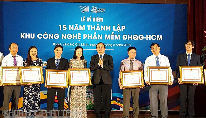 PGâ.TS. Huỳnh Thành Đạt trao tặng bằng khen cho tập thể và cá nhân thuộc ITP