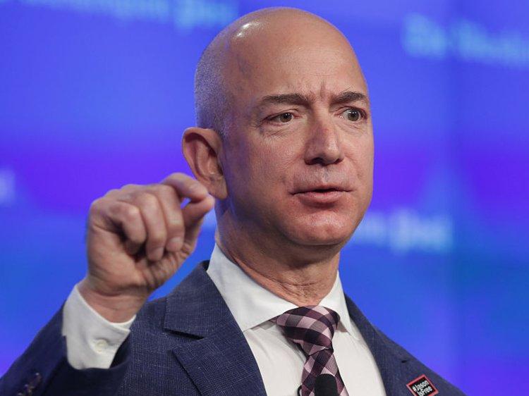 Jeff Bezos, CEO của Amazon hiện đang là người giàu nhất thế giới với khối tài sản lên tới 130 tỷ USD