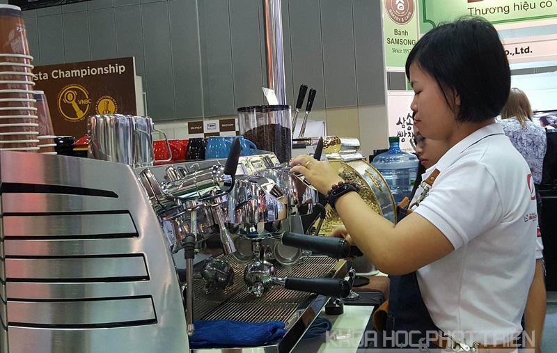 Nhiều dòng máy pha tự động được giới thiệu tại triển lãm