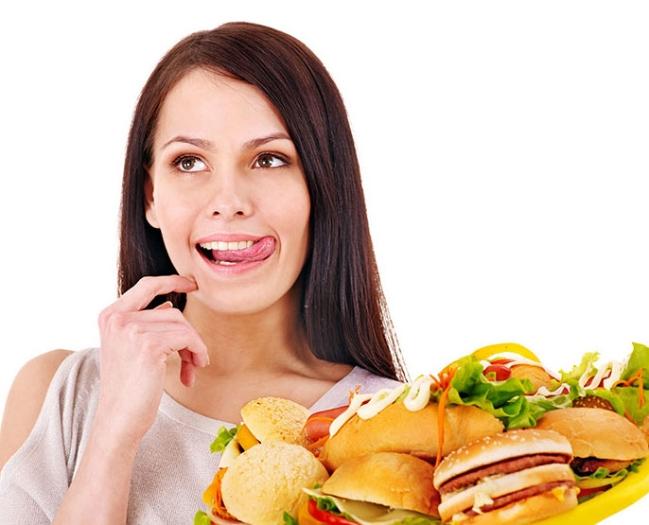 Phụ nữ ăn nhiều thức ăn nhanh (trên 4 lần mỗi tuần) có nguy cơ vô sinh cao gấp đôi người có chế độ ăn bình thường - Ảnh: minh hoạ