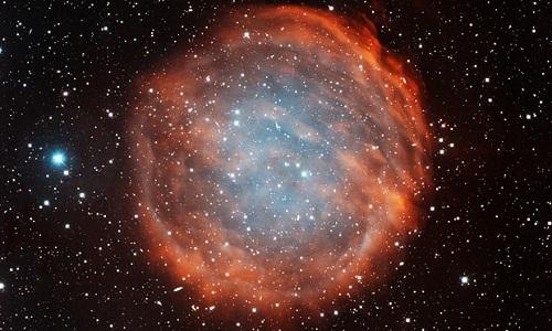 Tinh vân PuWe1 được tạo ra khi một ngôi sao đỏ khổng lồ bị bay mất lớp vỏ ngoài ở gần cuối vòng đời. Ảnh: Guardian.