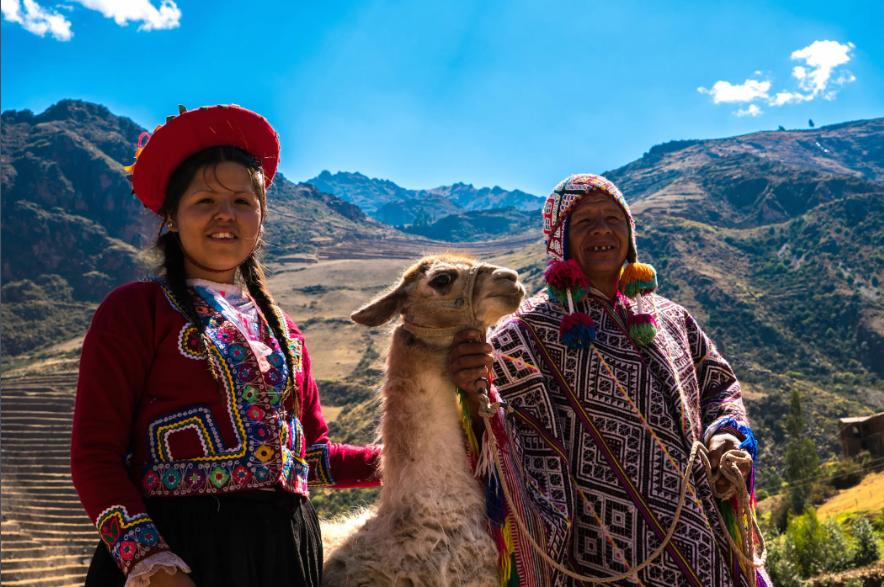 Người bản địa Châu Mỹ bên cạnh lạc đà ở Thung lũng Thiêng, Cusco (Peru). Ảnh: Live Science
