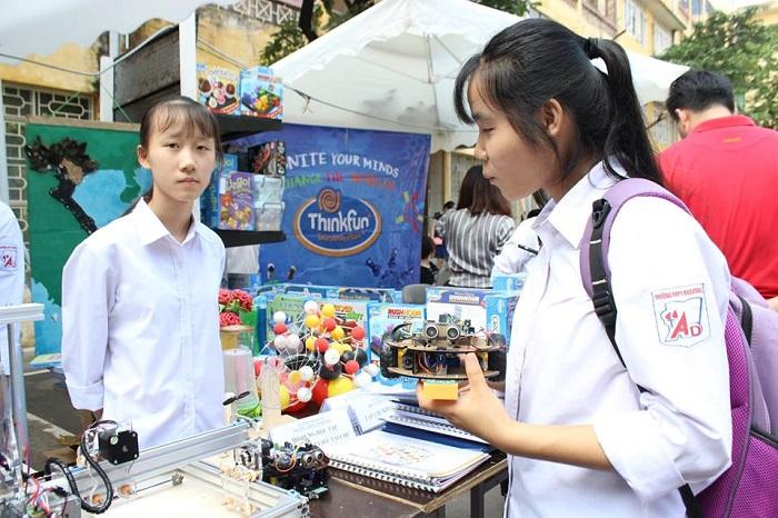 Tiêu Hồng Nhung, HS lớp 11, trường THPT An Dương, huyện An Dương, Hải Phòng đang giải thích về quá trình thiết kế, lập trình hai robot dò đường và tránh vật cản.