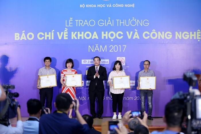 Bộ trưởng Bộ KH&CN Chu Ngọc Anh trao giải cho các giải Nhất giải thưởng báo chí về KH&CN năm 2018.  Nguồn ảnh:  CESTC