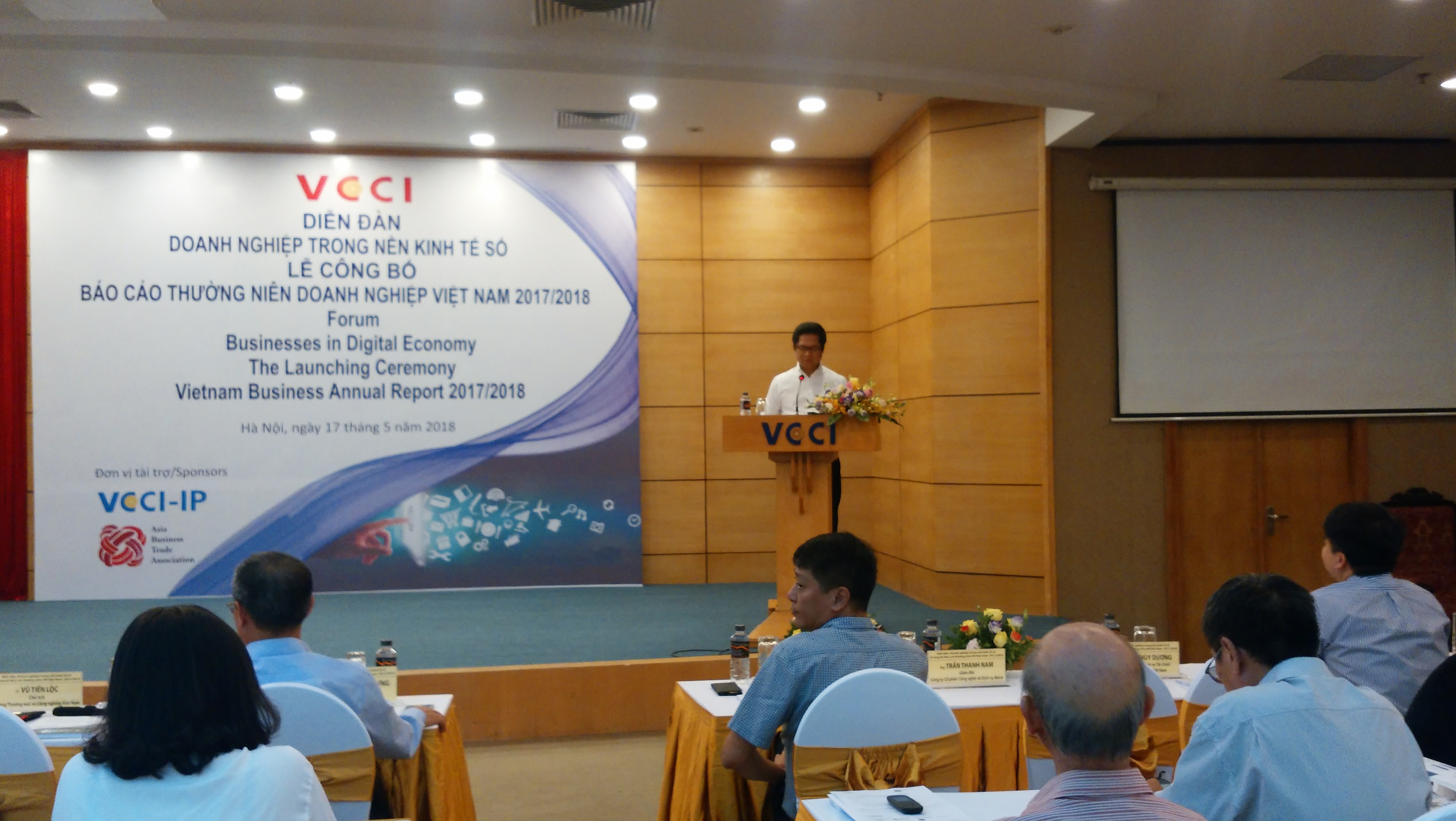 TS Vũ Tiến Lộc trình bày tham luận tại Diễn đàn. Ảnh: Thế Hải