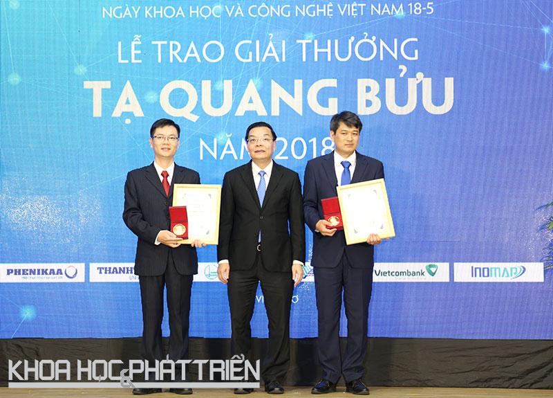 Bộ trưởng KH&CN Chu Ngọc Anh trao giải chính cho PGS.TS Phạm Văn Hùng (bìa trái) và TS Trần Đình Phong