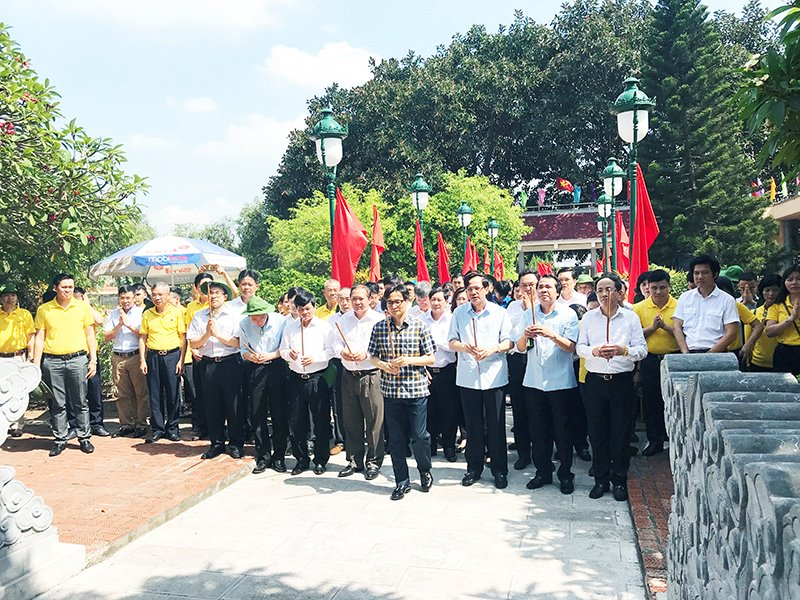 Phó Thủ tướng Chính phủ Vũ Đức Đam và các thành viên trong đoàn kiểm tra cùng dâng hương tưởng nhớ, tri ân các anh hùng liệt sĩ.