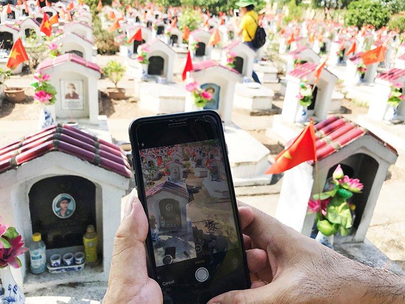 Công cụ chính của việc chụp ảnh, đối soát thông tin dữ liệu mộ liệt sĩ là những chiếc điện thoại thông minh cài phần mềm do Tổng Công ty Bưu điện Việt Nam xây dựng.