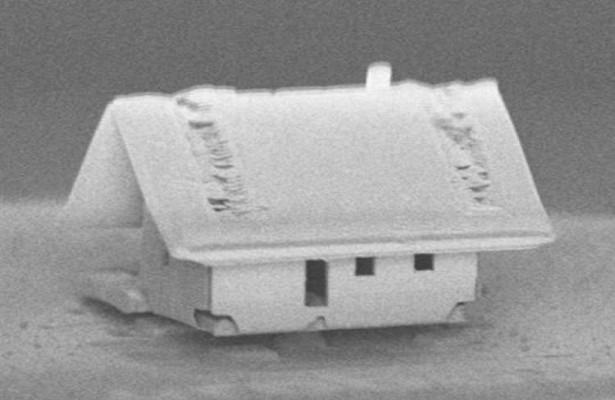 Ngôi nhà với diện tích chỉ vỏn vẹn 300x300 micromet do robot xây dựng - Ảnh: Viện Femto-ST