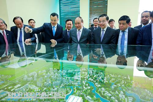 Thứ trưởng Bộ KH&CN Phạm Đại Dương báo cáo với Thủ tướng Chính phủ Nguyễn Xuân Phúc về tiến độ xây dựng cơ sở hạ tầng tại Khu CNC Hòa Lạc. Ảnh: Khu CNC Hòa Lạc cung cấp