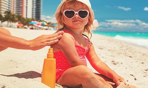 Kem chống nắng có thẻ giúp da hạn chế tác hại của bức xạ tia cực tím có trong ánh nắng Mặt Trời. Ảnh: Science Alert.