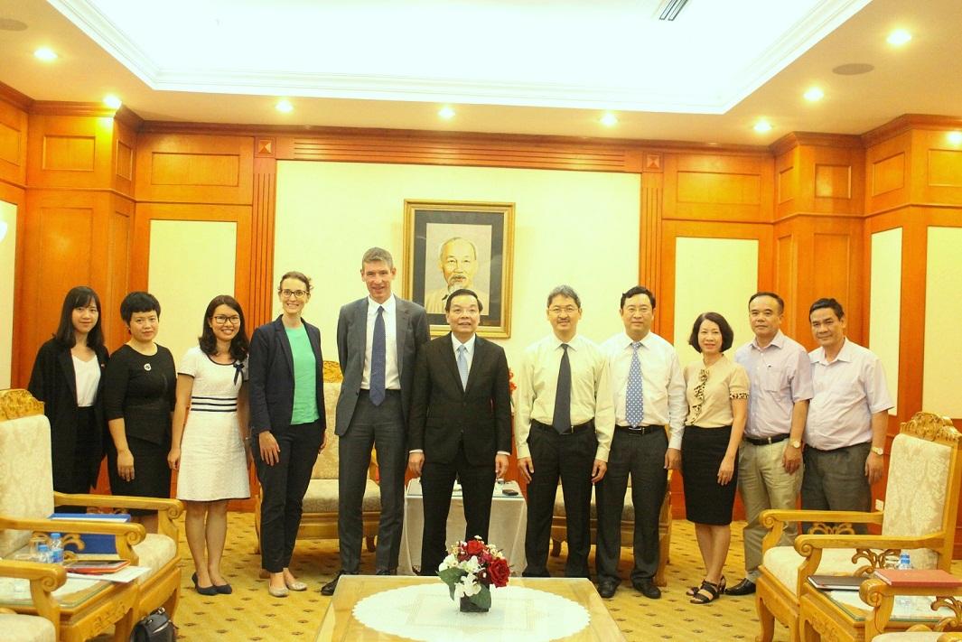 Bộ trưởng Chu Ngọc Anh và Đại sứ Giles Lever cùng các đại biểu dự buổi tiếp.