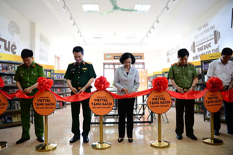 Đồng chí Trương Thị Mai - Ủy viên Bộ Chính trị, Bí thư TW Đảng, Trưởng Ban Dân vận TW, người đưa ra ý tưởng của chương trình bổ sung sách cho các trại giam toàn quốc đã tới dự và cắt băng khánh thành thư viện tại trại giam Ngọc Lý.