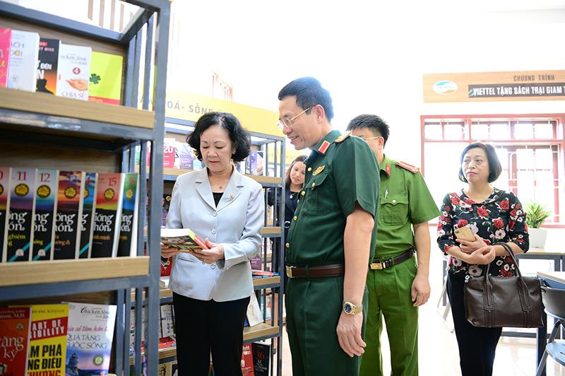 Đồng chí Trương Thị Mai và Thiếu tướng Nguyễn Mạnh Hùng tham quan thư viện sách tại trại giam Ngọc Lý
