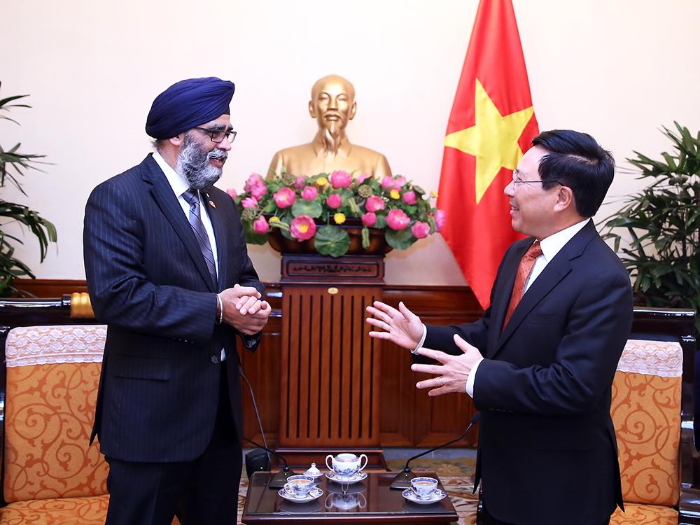 Phó Thủ tướng, Bộ trưởng Ngoại giao Phạm Bình Minh và Bộ trưởng Quốc phòng Canada Harjit Singh Sahan - Ảnh: VGP/Hải Minh
