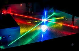 Với laser silicon mới, sóng âm thanh được sử dụng như một bộ khuyếch đại chùm ánh sáng - Ảnh : Fraunhofer IPM