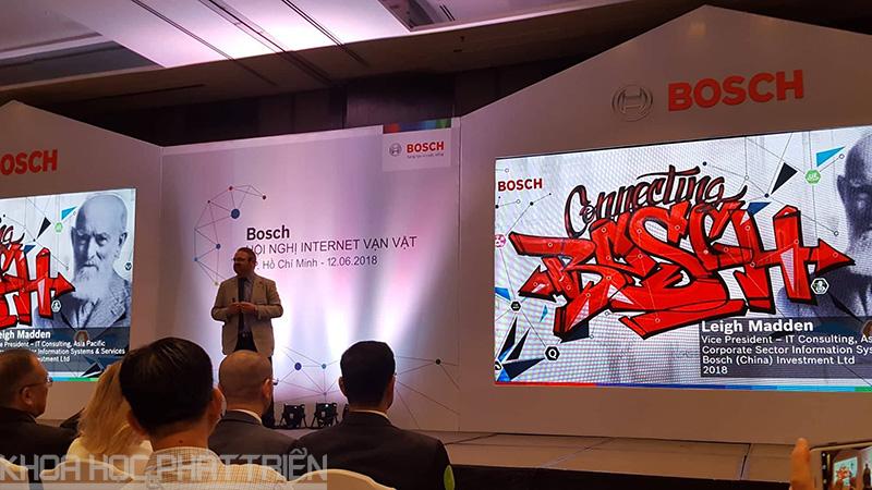 Diễn giả trình bày những giải pháp phát triển thành phố thông minh và công nghiệp 4.0 tại Hội nghị
