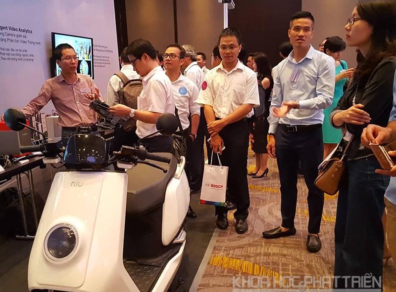 Xe máy điện của Bosch thu hút sự quan tâm của nhiều đại biểu