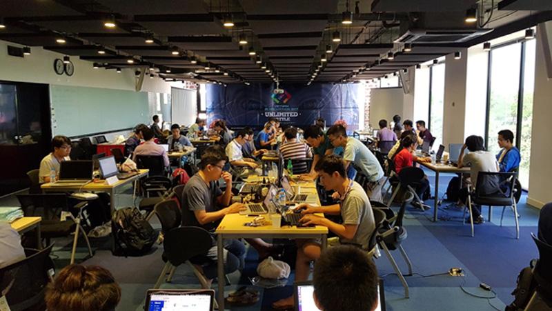 Các đội thi chính thức tranh tài tại Vietnam AI Hackathon 2017. Ảnh: Up