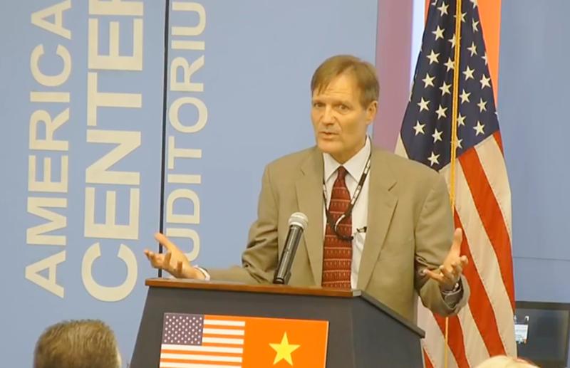 Michael Greene, giám đốc USAID tại Việt Nam, công bố khoản tài trợ mới cho hai dự án của MCD. Ảnh: Quốc Hùng.