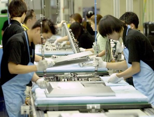 Công nhân làm việc tại một nhà máy của Tập đoàn Samsung ở Suwon, Hàn Quốc. (Nguồn: AFP/TTXVN)